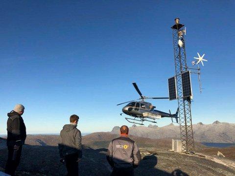 PÅ PLASS: Et helikopter fra Nordlandsfly sørget for at over 500 kilo utstyr og fire arbeidsfolk kom seg til fjells på Durmålshaugen torsdag. Mannskapet skal ligge over i telt til fredag. Da blir jobben sluttført.