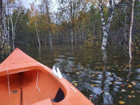 - Det var jo lite jeg kunne gjøre med raset og alt vannet som kom ned fra elva, og da jeg så at alle markene, og mye av skogen, var dekket av vann tok jeg frem kajakken, sier Lisbeth Granlund.