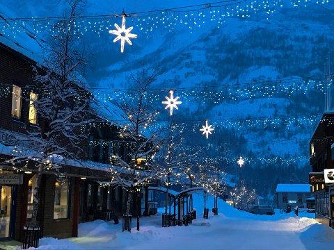 JULEBYEN: Lys og julepynt i gatene skal gi stemning til både kunder og beboere midt i den mørkeste årstida.