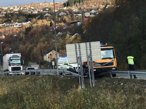 En lastebil kjørt torsdag formiddag over autovernet på E6 ved Baustein i Mosjøen.