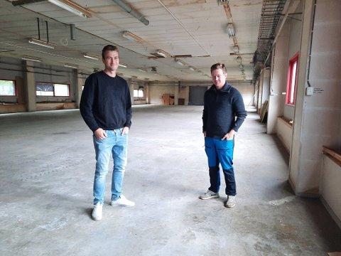 POTETLAGERET: Petter Sund (venstre) og Erling Paulsen i potetlageret de bruker nå. Bildet er tatt tidligere i år.