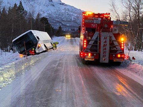 En buss med skoleelever havnet onsdag ettermiddag utfor veien i Hamarøy. Foto: Øyvind A. Olsen