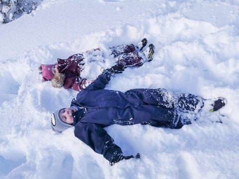 Henrik og Sara Oline Jenssen leker i snøen.