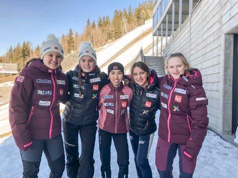 TRENINGSHOPP: De fem jentene på det norske laget fikk to omganger med trening onsdag.  Thea Minyan Bjørseth (midten) hoppet lengst av alle i den første omgangen. Eirin Maria Kvandal (nr to f.v.) var nest lengst av de norske, og i ettermiddag er det individuell konkurranse. De andre på bildet er Nora Midtsundstad, Heidi Dyhre Traaserud (hopper ikke) og Karoline Bjerke Skatvedt.
