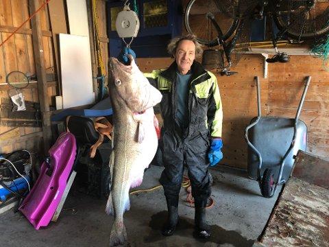 Storfangst: Helge Olisen (66) fra Leirfjord fikk en sværing i garnet på Ulvangfjorden lørdag. Torsken veide 38 kilo.