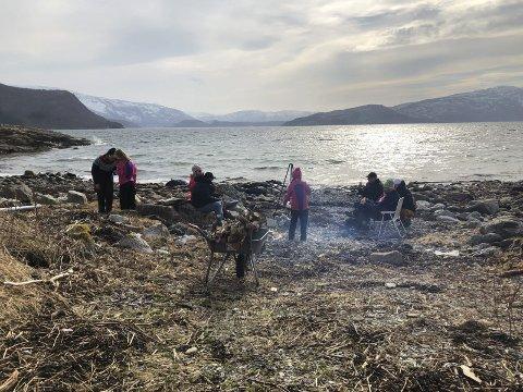 MASSE Å FINNE I FJÆRA: Langfredagsfjæra er et kjent begrep på Helgeland. Det er masse å finne på i fjæra, og hvis været tillater det så er det godt å spise i strandkanten. Foto: Anne-Marit Almås Marken