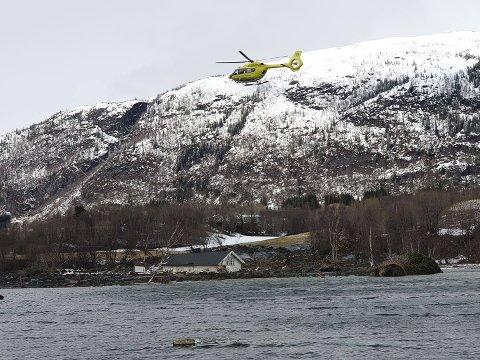 SEAKING: Ambulansehelikopter bistår nødetatene i redningsarbeidet.