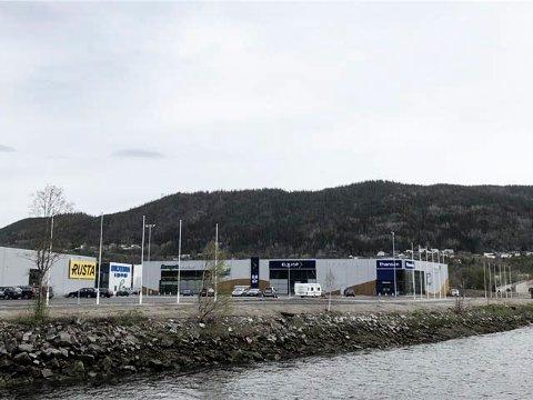Flere stenger: Det er søknadspliktig å sette opp mer enn en flaggstang, slik Helgeland handelspark har gjort her.