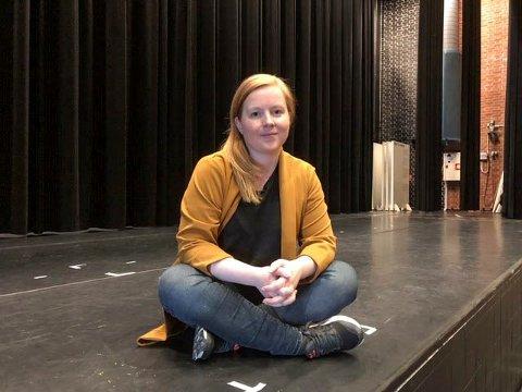 I bakgrunnen: Sceneinstruktør Åshild Pettersen har stått for mye planlegging, organisering, pedagogikk og regi på denne scenen. Nå skal avtalen Vefsn kommune, Toppen og Nordland fylkeskommune har om jobben hennes avtales på nytt.