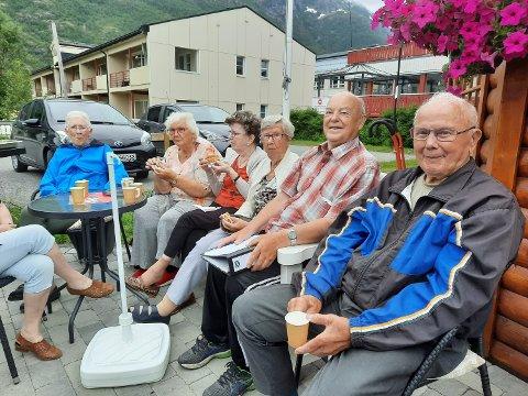 PARKEN: De kaller seg Bakgårdsgjengen og har grillhytta i Oldemorhagen som fast gjenglokale. Fra venstre: Alfhild Martinsen(84), Kari Ånes (86), Elly Hansen (86),  Klara Edvardsen (90), Harry Valrygg (86) og Per Forsjord (90).