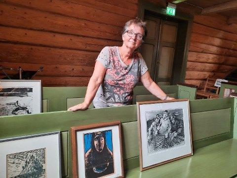 BILDER: Sokneprest Kari Sjursen med noen av de bildene som nå venter på å bli hengt opp på kirkeveggen.