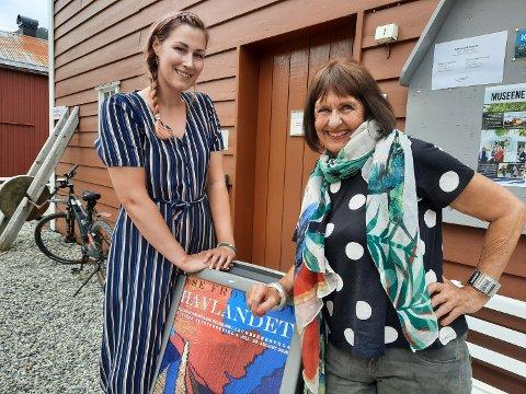 KUNST I BYEN: Katrine Remmen Wiken ved Helgeland Museum og tekstilkunstner Åshild Frøyshov foran Gallerias egen logo-plakate - med motiv fra  ett av hennes kunstverk.