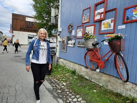 GODT RÅD: Kommunoverlege, Hege Harboe-Sjåvik, ber folk om å fortsette å holde avstand i feriebyen. Smittfaren er langt fra over minner hun om på spranget inn i egen ferieuke.
