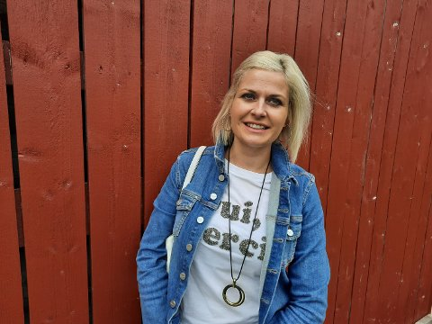 Kommuneoverlege Hege Harboe-Sjåvik i Vefsn kommune forteller at nye regler åpner for et glass vin eller øl, men ikke stor fest.
