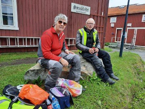 PUST I BAKKEN:  Ekteparet Kirsten  Sundby Foldvik og Ole Foldvik nyter nistematen i ly bak Svenskloftet.
