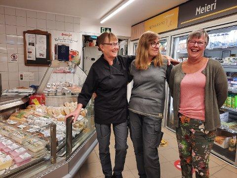 TRE DAMER: Wenche Næss ( til venstre) har jobber på butikken i 26 år, mange av dem i ferskvaredisken. I midten Synnøve Kleiven, ansatt i 25 år. Til høyre kunde Gunn Stangnes fra Brønnøysund som attpåtil er søskenbarn til Wenche i ferskvaredisken.