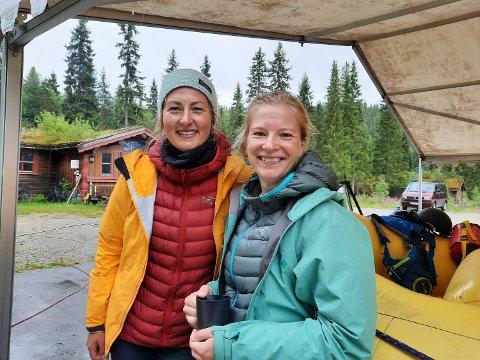 OPPLEVELSE: Une Bratlie (til venstre) og Sofie Steinkjer  skal reise fra opplevelse til opplevelse denne sommeren. Nå har de gjort unna grane og Vefsn , nå står klatring opp Stetinden.