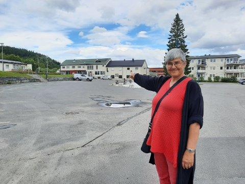 TROFORS: Her, tvers over den eksisterende parkeringsplassen utenfor Coop-butikken, kommer den nye tilførselsveien. Ellen Schjølberg gleder seg til den nye hverdagen.   - Da kan vi endelig begynne å planlegge framtida i Grane.