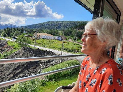 UTSIKTEN: Ragnhild Sparby følger spent med på bygginga av nyhuset tvers over veien.
