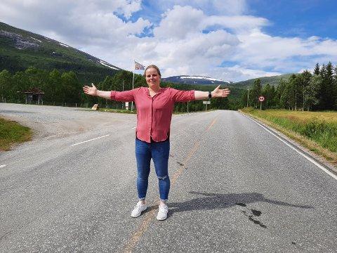 FÅ BILER:  I dag ligger den gamle E6 forbi Svenningdal Camping, stille  og forlatt.  Bare en og annen bil suser forbi, og det merker daglig leder av campingen,  Renate Johansen veldig godt.
