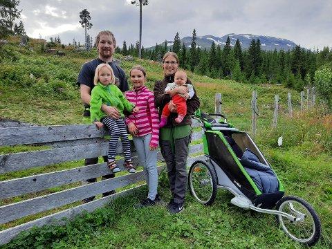 HELE FAMILIEN:  Egentlig skulle dette familiebildet ha med familiens tre hester som beiter bak gjerdet. Men de var ikke samarbeidsvillig - for å si det slik.   Fra venstre: Robert Lundquist (36) med  fireåringen Nanna. Angelica Svarto (36) med Solrid på 12 og lille Xaxa på to måneder.