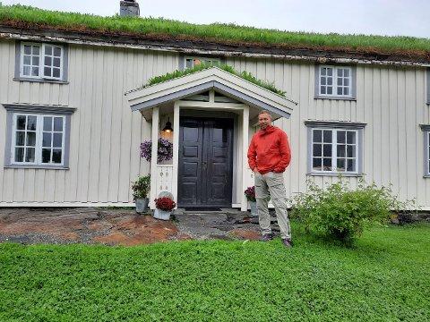 NORDLANDSHUSET: Dette var det første huset Lars Henrik Kristiansen kjøpte og restaurerte på Vega. Nå er det blitt et feriehus for han og familien.