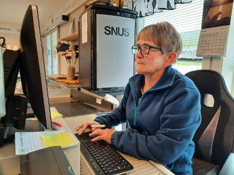 BUTIKKSJEFEN: Unni Olsen har kalibrert lønna si etter omsetninga. Nå unner hun seg 250.000 kroner i året. Hver eneste ukedag er hun å finne i kassa.