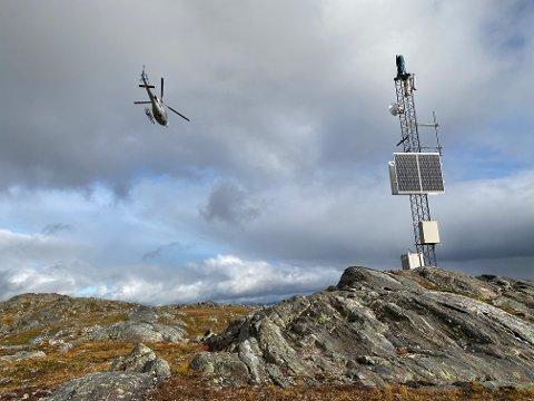 MONTERINGSJOBB: Bildet er tatt tirsdag i forbindelse med monteringsjobben på masta på Steinlikammen.