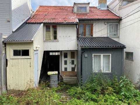 NARKOREIR: Bakgården har vært hyppig besøkt av ubudne gjester. Ingebrigtsen har sett seg nødt til å sikre huset mot inntrengere, ved å spikre plater for vinduene.