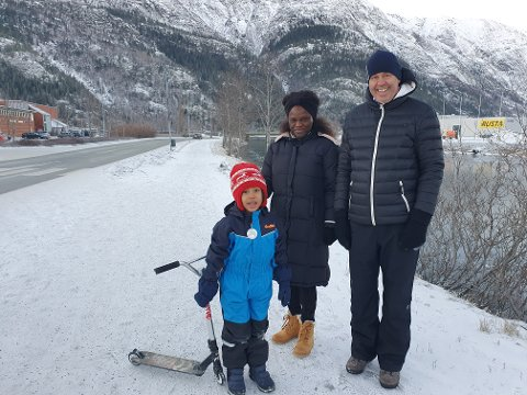 Herlig: Bjørn Helge Andorsen hadde tatt med seg kona Sokhna og sønnen Gibril på søndagstur. Han syntes været var herlig selv om det var kaldt, men han ble litt mer bekymret da han hørte om framtidsutsiktene på værfronten.