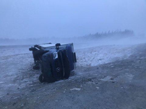 Tatt av vinden: Lastebilen havnet et godt stykke av veien etter at vinden fikk tak.