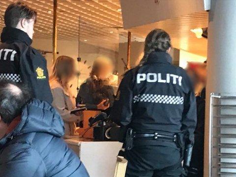 Politiet tok affære da de så at det var for mange gjester til stede og at folk satt for tett på kafeen på Sjøsiden senter i Mosjøen.