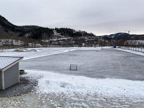 SKØYTEIS: Slik er skøytebanen på Kippermoen nå. Denne uka skal det legges mer vann på skøytebanen.  Foto: Per VIkan