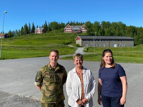 Tror på rekruttskole: Linda Helen Haukland (KrF), Berit Hundåla (SP) og Sindre Bjørkmo (HV 14) fra befaring på Drevjamoen i juni 2020.