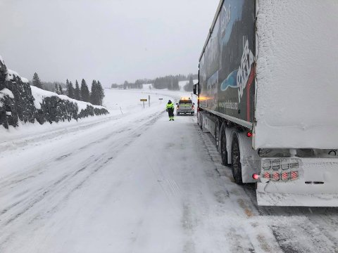 KØ: Veien ble stengt ved avkjøringen til Brækken mens det foregikk bilberging.