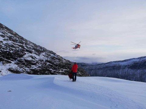 TAKKER: Freddy Iversen og Andris Lamergs takker mannskapet på redningshelikopteret som berget de ned fra fjellet. Da hadde de selv forsøkt alle mulige ruter for å komme seg ned, men det var for farlig.