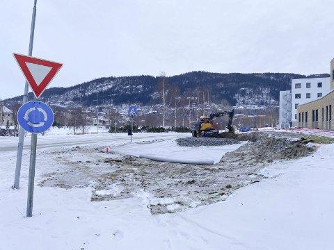 MIDLERTIDIG VEI: For å få en slakere sving blir det laget en midlertidig vei rundt Justisbygget. Foto: Per Vikan