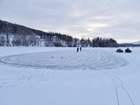 ISHOCKEYBANE: En gruppe hytteeiere har gått sammen og laget skøyteis på Majavatn. Det blir to skøyte/ishockeybaner og an lang turløype på 2,4 kilometer.