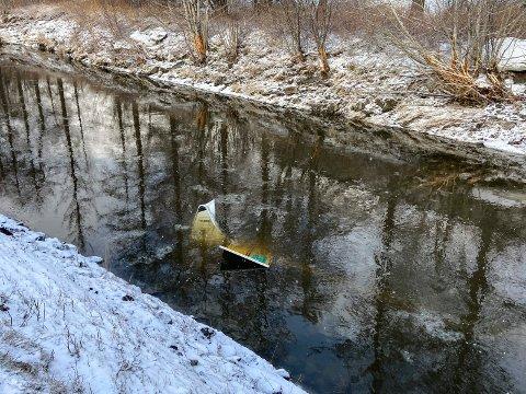 PÅ TO METERS DYP: Her ligger veiskiltet som sto utenfor Mosjøen Camping godt under vann.