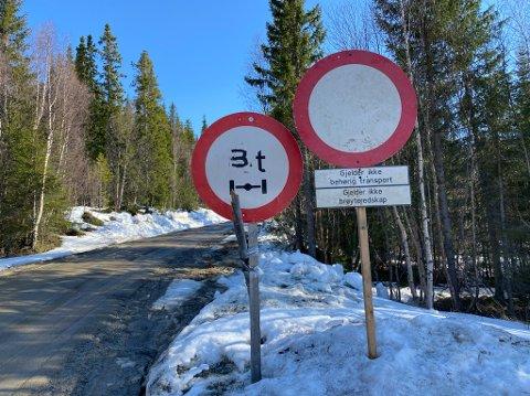 STENGT: Tre veier i Hattfjelldal er nå stengt på grunn av vårløsninga. Tirsdag morgen starter arbeidet med å kjøre pukk på enkelte områder.