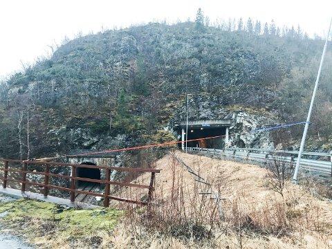 MULIG TRAFIKKFELLE: Ved Lindset tunnel på fv 78 står en gatelykt på skrå over veien. Den er stroppet fast for at den ikke skal falle over kjørebenen.
