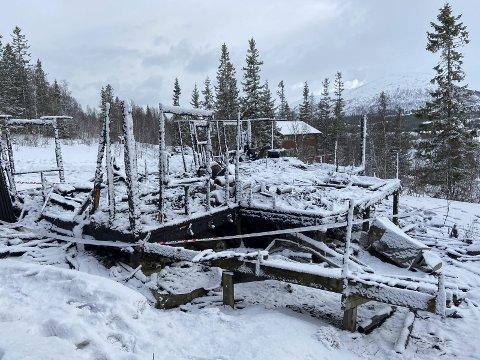 NEDBRENT: Hytta, som ligger i Greineset hyttefelt ved Nedre Fiplingvatn, brant ned til grunnen.  Bildet er tatt torsdag 1. april. Foto: Per VIkan
