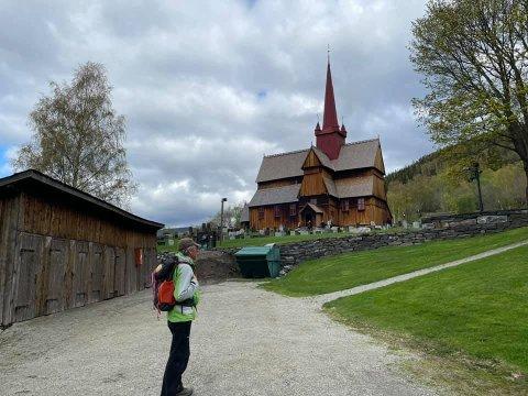 HISTORISK STED: Her står Magne Nordaas ved Ringebu stavkirke ved Dalegudbrands Gard.