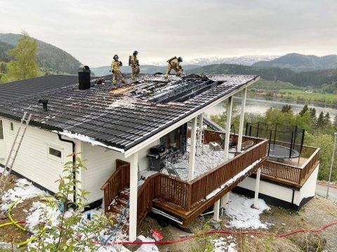 ETTERFORSKNING: Politiet er i gang med å finne ut årsaken til at dette huset begynte å brenne lørdag.