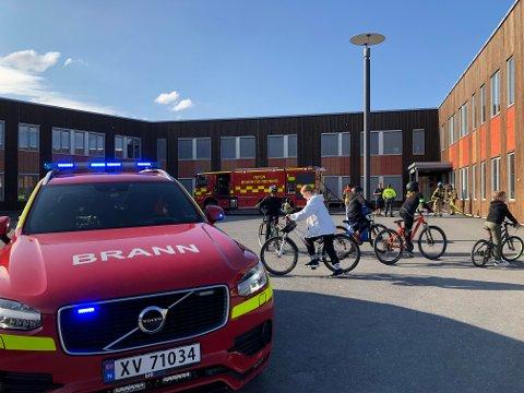"""RYKKET UT: Folk stimet til da det brøt ut brann i en søppelkontainer ved Olderskog skole """"Storskolen"""" onsdag kveld. Nå etterforskes saken av politiet."""