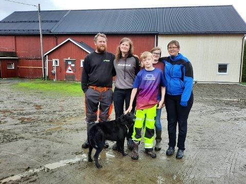 STORMO: Hele familien satser 100 prosent på å skape framtidas gårdsbruk på Stormo. Fra venstre Inge Johan Hansen, Lina Mari Steinslett. Teodor og bak han odelsjenta Gry Eline og  til høyre Lena Steinslett.