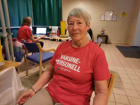 PENSJONIST: Audveig Bardal har vært pensjonist i fem år, men er glad hun kan hjelpe til i en vanskelig situasjon for landet. Her tar hun seg en velfortjent pust i bakken.
