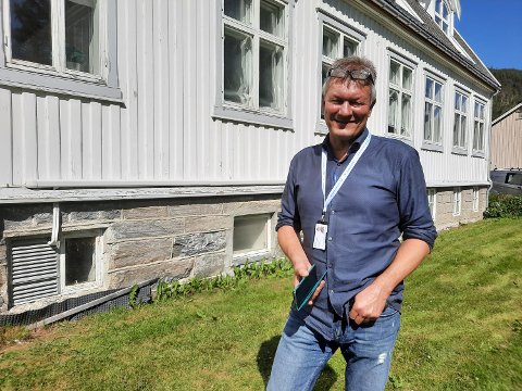 KJELLERLOKALENE:  Bjørn Bech-Hanssen understreker at de tar rapporten på ytterst alvorlig. De små vinduene i bakgrunnen tilhører kjellerlokalet der ni kontorer nå allerede er tømt.