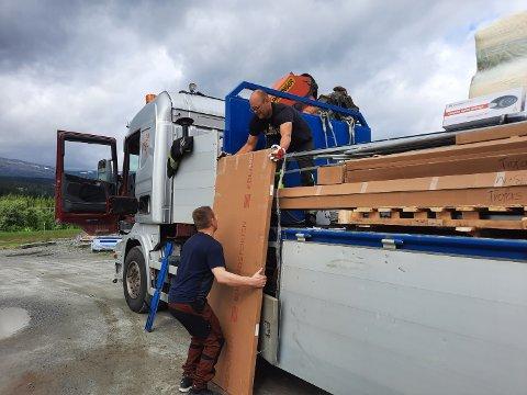 LEIRFJORD: En ny trailer er snart ferdiglosset og på vei til Leirfjord. Her er det lederen selv, Øystein Kolberg Olsen, som tar et tak nederst, mens Christian Edvardsen, innehaver av Leira Maskinstasjon, tar imot.