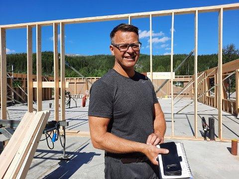 INVESTERING: Daglig leder ved Hag Vekst, Åge Bernt Stabbforsmo, midt blant reisverket i det som snart skal bli et flott nybygg.